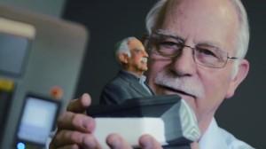 세계 최초로 3D 프린터를 발명한 척 헐 3D시스템즈 대표가 자사 프린터로 출력한 자신의 피규어를 바라보고 있다. - 유튜브 제공